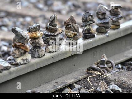 """Umweltaktivisten haben kleine Steinhaufen auf den Bahngleisen an der Verladestation für Braunkohle in der Nähe von Welzow verklagt Tagebau Vattenfall AG in Welzow, Deutschland, 15. Mai 2016 gelegt. Hier ist Braunkohle aus dem Förderband auf Züge verladen. Die Proteste von der Protest-Allianz """"Ende Gelaende"""" sind Teil einer weltweiten Kampagne gegen die Verwendung von fossilen Brennstoffen wie Kohle und Öl. Foto: PATRICK PLEUL/dpa"""