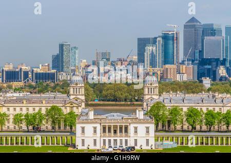 Blick auf Canary Wharf und Greenwich Universität von Greenwich Hügel von London, England, UK - Stockfoto