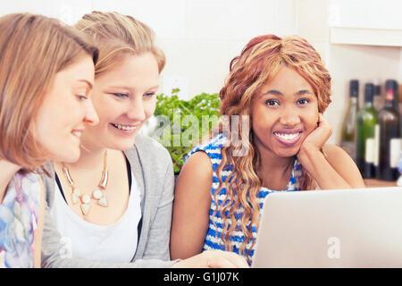 Glückliche Freunde, Zeit miteinander zu verbringen - Stockfoto