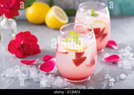 Erdbeer-Limonade mit Rosenwasser - Stockfoto