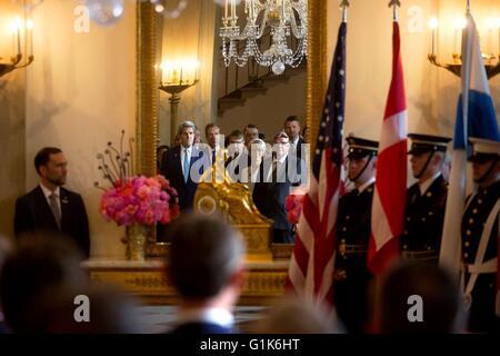 US Staatssekretär John Kerry spiegelt sich in den Spiegel bei Ankunft Zeremonie für die nordischen Führer im Grand Foyer des weißen Hauses 13. Mai 2016 in Washington, DC.