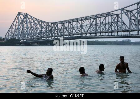 Menschen Baden am Hooghly River in der Nähe der Howrah Brücke in Kolkata, Indien. - Stockfoto