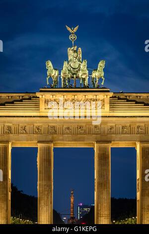 Berlin. Deutschland. Das Brandenburger Tor ist nachts beleuchtet. - Stockfoto