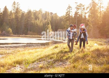 Eltern, Kinder Huckepack Fahrt auf See - Stockfoto
