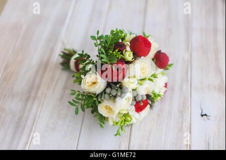 Schöne und bunte Hochzeit Blumenstrauß über Holztisch. Hellen Holz Hintergrund. Weißen und roten Rosen. Rustikalen - Stockfoto