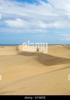 Paare, die auf den Dünen von Maspalomas. Maspalomas, Gran Canaria, Kanarische Inseln, Spanien - Stockfoto