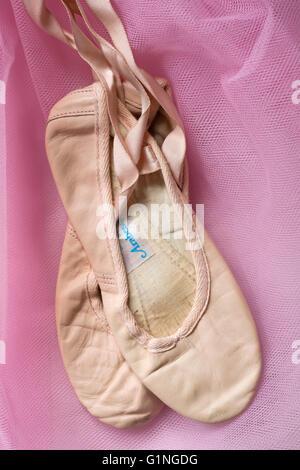 Gut getragen und geliebt Ballett Schuhe auf rosa tutu - Stockfoto