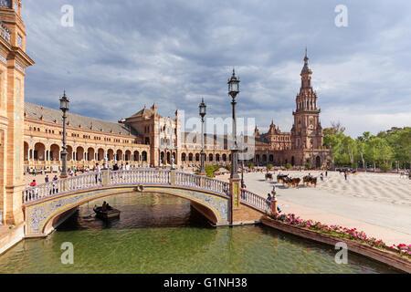 Touristen am UNESCO-Weltkulturerbe Plaza de Espana, Sevilla, Spanien. - Stockfoto
