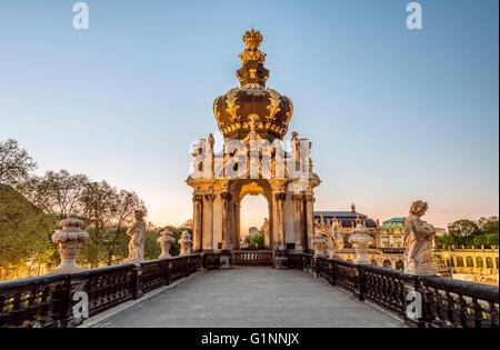 Kronentor (Crown Gate) im Dresdner Zwinger Palace bei Dämmerung, Dresden, Sachsen, Deutschland | Abend bin Kronentor - Stockfoto
