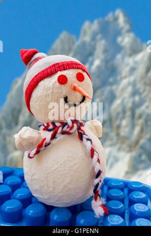 Schneemann mit Bergen im Hintergrund - Stockfoto