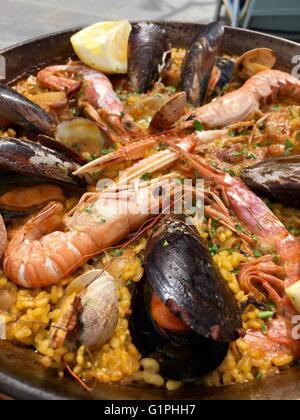 Eine traditionelle spanische Meeresfrüchte Paella Schüssel mit einem Sortiment von Fischen wie Muscheln, Muscheln - Stockfoto