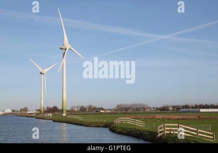 Zwei Windmühlen in einer holländischen Landschaft - Stockfoto