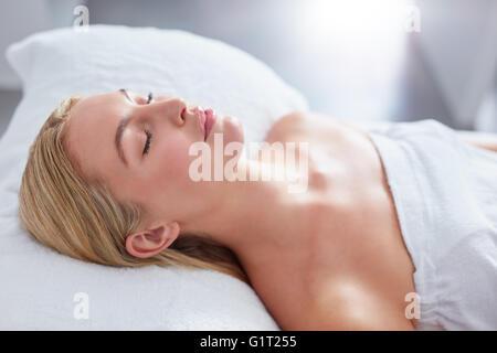 Nahaufnahme von attraktiven Frau, im Dayspa. Sie liegt auf Massagetisch. Schönheit und Gesundheit Konzept. - Stockfoto