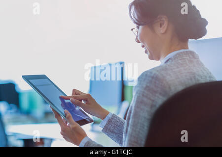Geschäftsfrau mit digitalen Tablette im Büro - Stockfoto