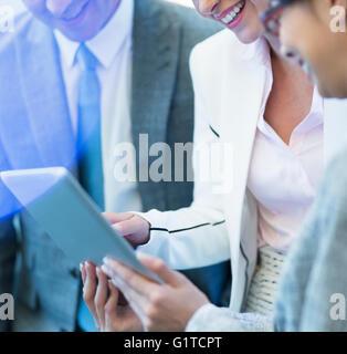 Lächelnde Geschäftsleute mit digital-Tablette - Stockfoto