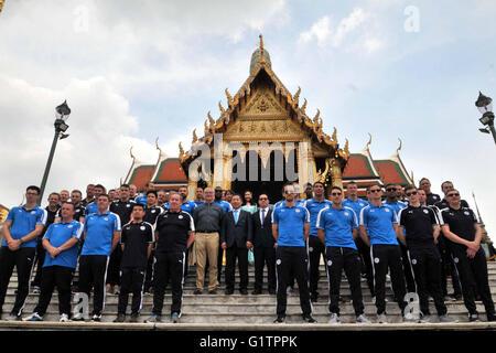 Bangkok, Thailand. 19. Mai 2016. Leicester City Teamspieler und Trainerstab posieren vor den Smaragd-Buddha-Tempel - Stockfoto