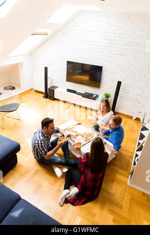 Gruppe von Freunden zu Hause zusammen Pizza essen - Stockfoto