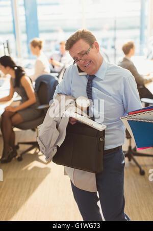 Betonte Geschäftsmann kämpfen, Multitasking im Büro - Stockfoto