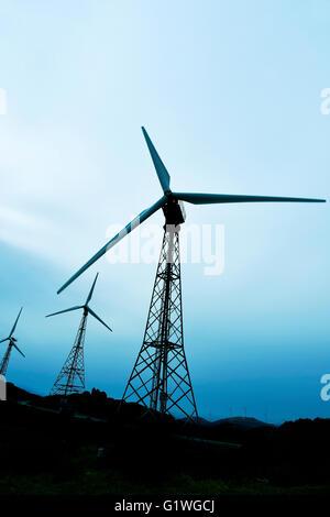 einige Windenergieanlagen in einem Windpark in einem bewölkten Tag - Stockfoto