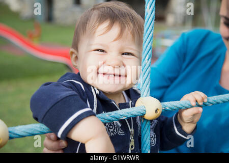 Einjähriges Mädchen lächelnd und Blick in die Kamera - Stockfoto