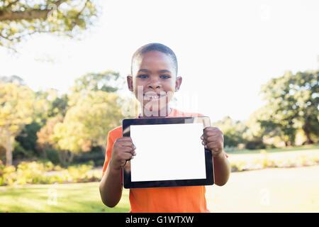 Kleiner Junge zeigt eine digitale-Tablette zur Kamera - Stockfoto