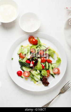 Sommer-Salat auf weißen Teller, Essen-Draufsicht - Stockfoto