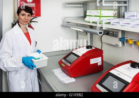 Forscher an einer qualitativ hochwertigen Analysensystem für die PCR (Polymerase-Kettenreaktion). - Stockfoto