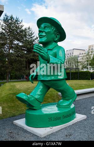 Statue des berühmten Ampelmann in Berlin Deutschland. Diese grünes Licht-Abbildung auf Fußgängerüberwegen verwendet, - Stockfoto