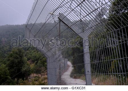Ein Zaun Rund Um Eine Militarbasis Im Norden Israels Stockfoto Bild