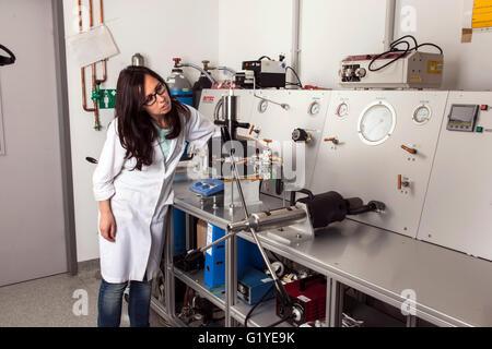 Geologe an der Hochdruck-Apparatur im Labor. - Stockfoto