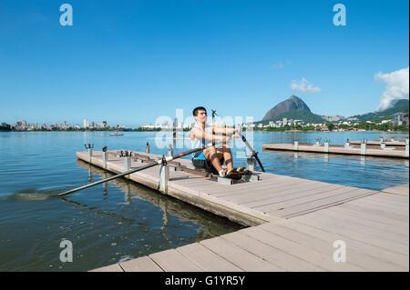 RIO DE JANEIRO - 14. März 2016: Ein brasilianischer Ruderer übt seine Technik auf ein Dock-Trainingsplattform Lagoa - Stockfoto