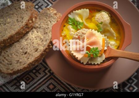 Italienische Suppe, auf die alten Bretter - Stockfoto