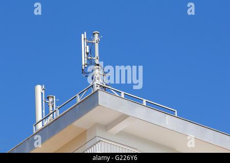 Mobile Antenne in einem Gebäude, gegen blauen Himmel - Stockfoto
