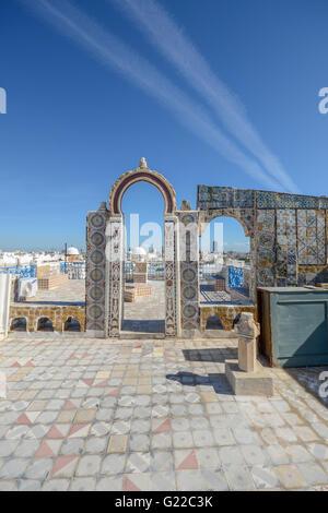 malerischen Ruinen bedeckt mit glasierten Ziegeln auf dem Dach des Herrenhauses in Medina von Tunis, Tunesien - Stockfoto