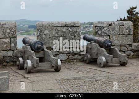 Alten altmodischen Canons Blick auf das Meer durch die steinerne Festung am Denkmal auf St Michaels Mount in Cornwall - Stockfoto