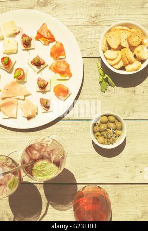 Vorspeisen an einem Sommertag mit Wein - Stockfoto