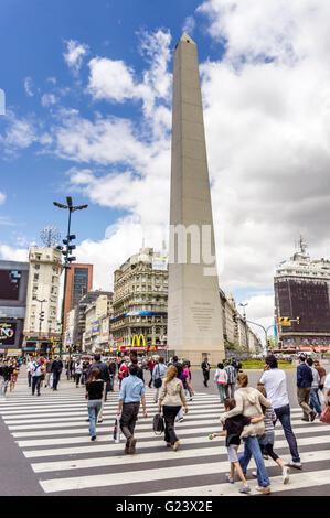 Obelisk von Buenos Aires und Avenida 9 de Julio, Zebrastreifen, Pedestiants, Argentinien - Stockfoto