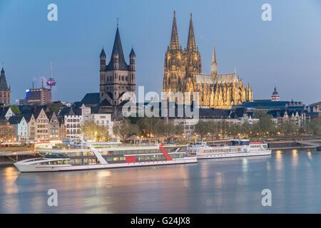Blick über den Rhein mit Kreuzfahrtschiff in Köln, Deutschland - Stockfoto