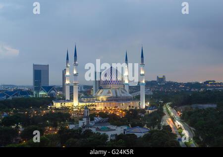 Die schöne Sultan Salahuddin Abdul Aziz Shah Moschee (auch bekannt als die blaue Moschee) befindet sich in Shah Alam, Selangor, Malaysia. Stockfoto