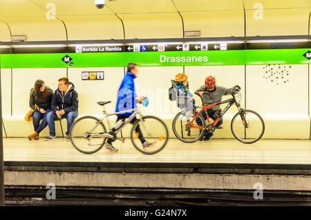 Radfahrer an Drassanes Station auf die U-Bahn von Barcelona - Stockfoto