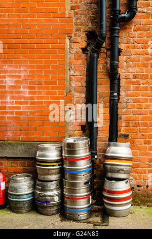 Bier-Fässer und Abflussrohre in einer Gasse in Manchesters Northern Quarter - Stockfoto