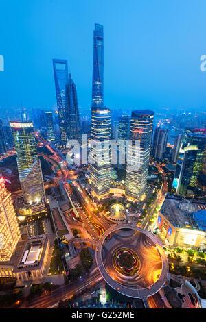 Nachtansicht des Lujiazui.  Seit Anfang der 1990er Jahre entwickelte Lujiazui ausdrücklich als einen neuen finanziellen - Stockfoto