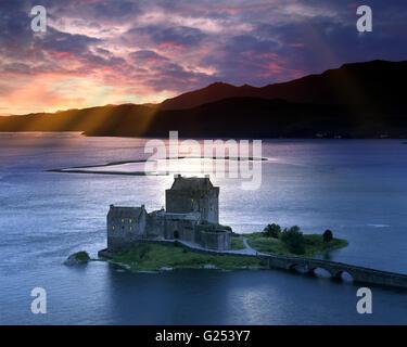 GB - Schottland: Eilean Donan Castle und Loch Duich bei Sonnenuntergang - Stockfoto