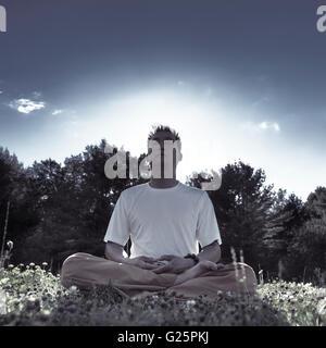 Menschen, die meditieren im Freien, Ontario, Kanada - Stockfoto