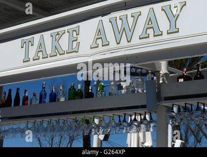 """Eine """"Take Away"""" Bar mit einer großen Auswahl an Spirituosen an der Playa de Palma in S'Arenal (Mallorca), Spanien, - Stockfoto"""