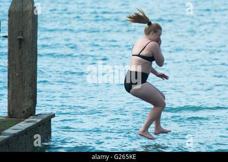 Aberystwyth, Wales, UK. 24. Mai 2016.  UK-Wetter: junge Frau Mädchen an einem Tag von strahlend blauem Himmel und - Stockfoto