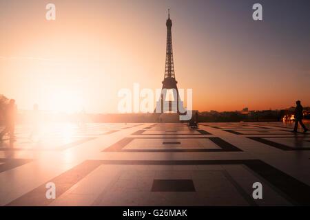 Paris, Frankreich: Eiffelturm bei Sonnenuntergang (oder Sonnenaufgang) von Trocadero. Textfreiraum links - Stockfoto