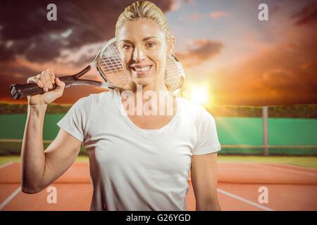Zusammengesetztes Bild des Porträts von Tennisspielerin posiert mit Schläger - Stockfoto
