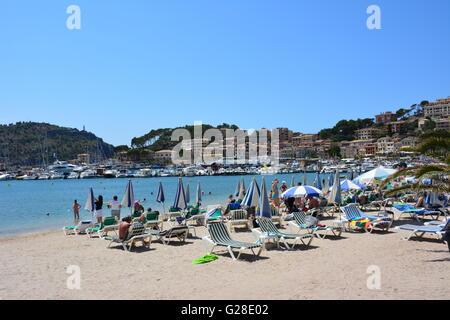 Der Strand von Port de Soller, Spanien, wo viele Menschen sind Sonne tanken - Stockfoto