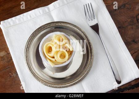 Spaghetti Nudeln in einer sehr kleinen Schüssel - Stockfoto
